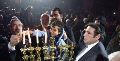 Israelíes y estadounidenses llevaron alegría a la ceremonia de Jánuca en la sinagoga de París
