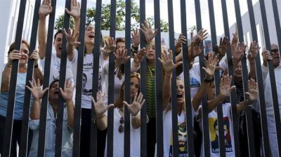 El chavismo intenta blindarse en el último día con mayoría