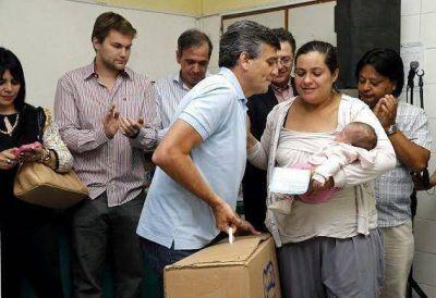 Zabaleta entregó cunas del programa 'Qunita' en el hospital