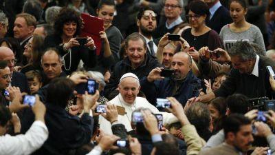 Francisco a los empleados vaticanos: «pido perdón por los escándalos»