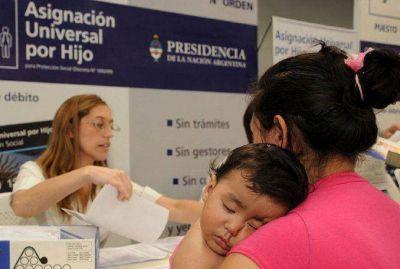 El Gobierno estudia ampliar la AUH a 400 mil hijos de monotributistas