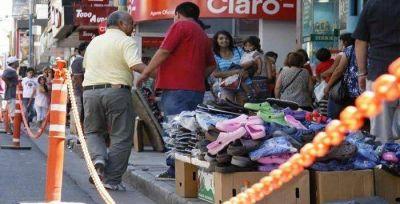Vendedores ambulantes desalojados cortaron el tránsito y provocaron un caos en El Bajo