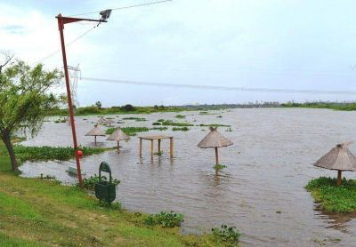 Sin pronóstico certero, Santo Tomé controla la crecida del río Salado