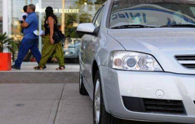 Dudan que bajen los precios de autos por la reducción del gravamen