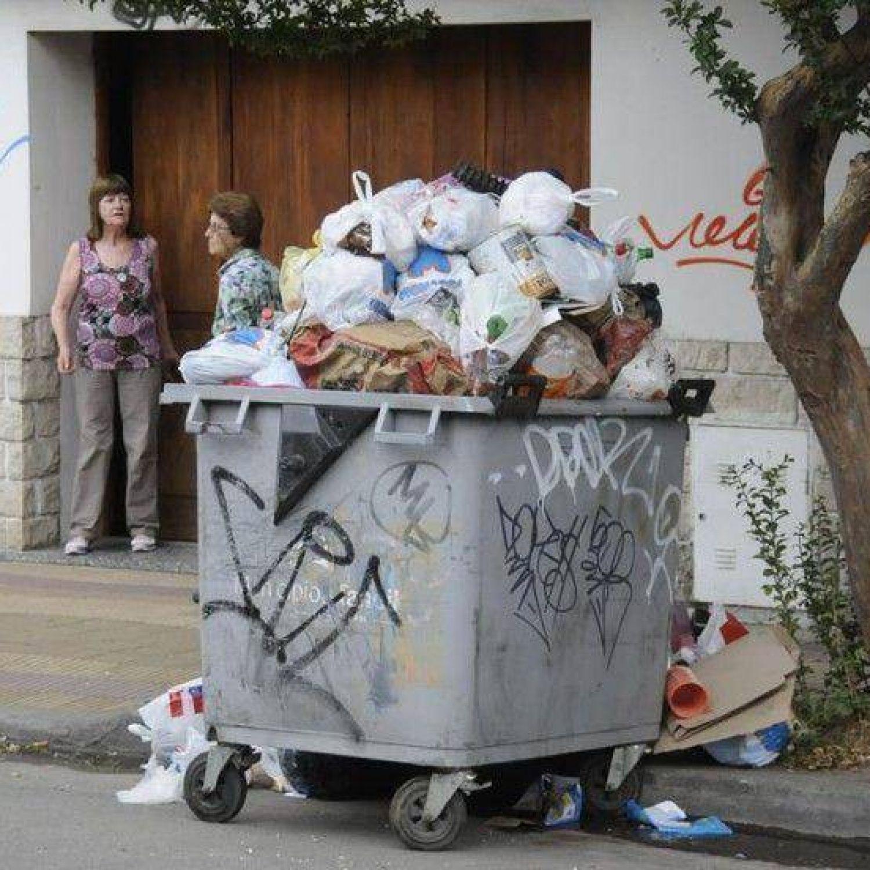Contenedores repletos de basura que no es recolectada - Contenedores para vivir ...