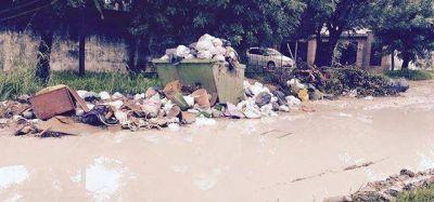 Mientras Ríos y los Pacayut vacacionan en Brasil, la basura se acumula y tapa la Ciudad