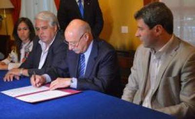 Uñac firmó convenios con el CFI