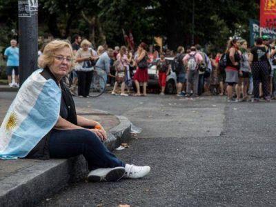 Mientras Garro descansa en su casa de Caril�, miles personas repudian la represi�n en La Plata