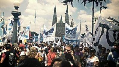 Movilizaci�n frente al palacio municipal de La Plata