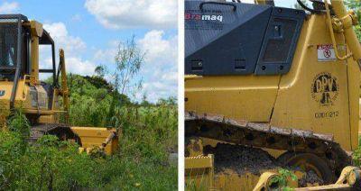 Mientras urge recuperar los caminos, Vialidad dejó abandonada una máquina a expensas de los yuyos