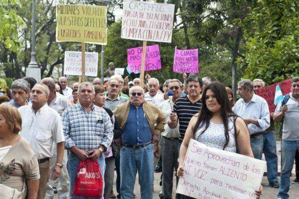 Cesanteados reclaman el pago de la indemnización adeudada