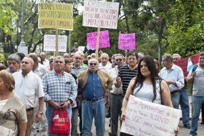 Cesanteados reclaman el pago de la indemnizaci�n adeudada