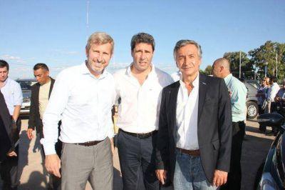 Un abrazo llamativo: mirá qué político estuvo con Uñac y Frigerio