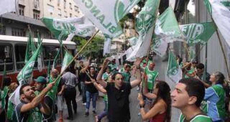 Sindicatos en alerta: por los masivos despidos en el Estado amenazan con un paro general