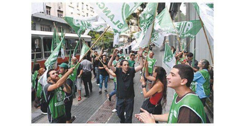 Más sindicatos piden el 40% en paritarias