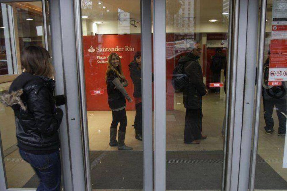 Sorpresivo paro de bancarios deja a clientes sin atención este lunes