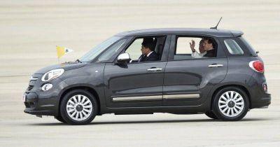 Subastan en 82.000 dólares el Fiat 500 que usó el Papa