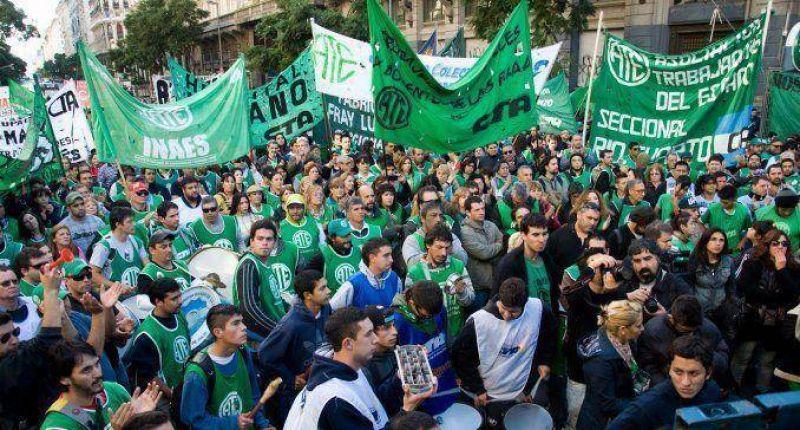 Gremios rechazan la propuesta del Gobierno y presionan por paritarias cada seis meses