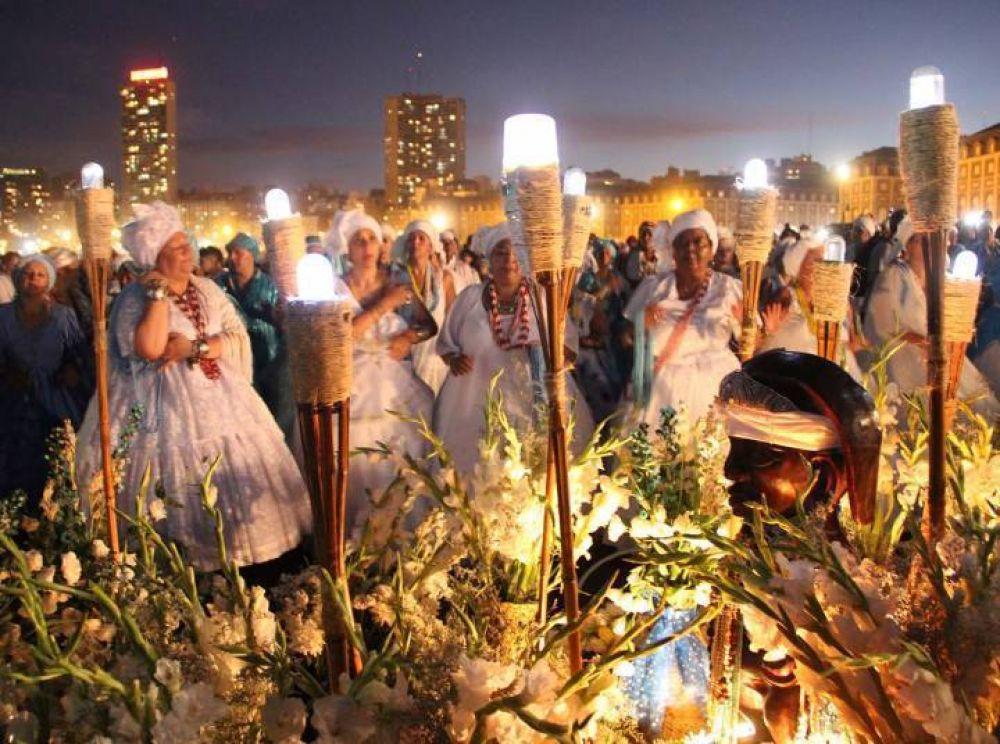 Una multitud en la 32ª ceremonia en honor a Iemanjá en Mar del Plata