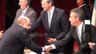 Sin mirarse, Busti y Urribarri se dieron la mano después de años