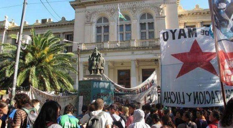 """Contratos """"basura"""": Trabajadores estatales tomaron oficinas de la Dirección general de Escuelas"""