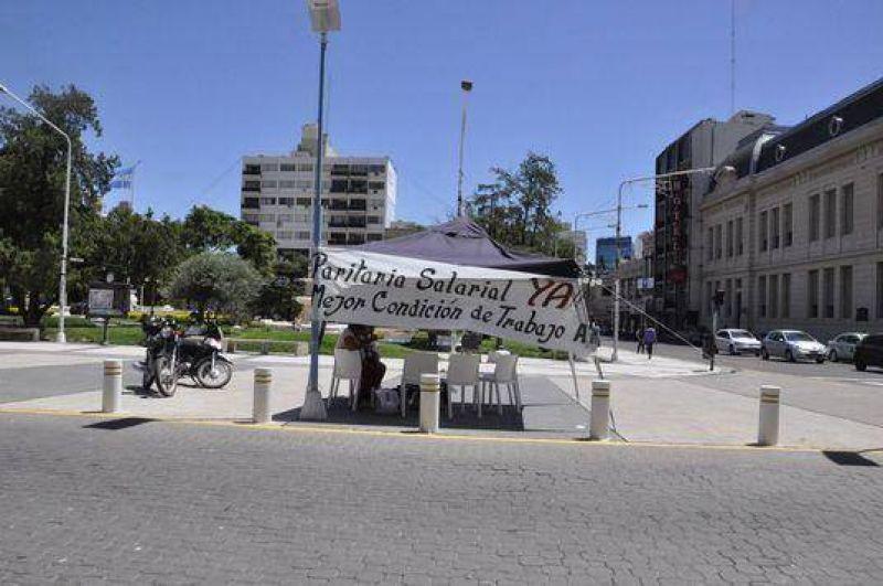 ATE instaló una carpa frente a la Municipalidad de Paraná para pedir reincorporaciones