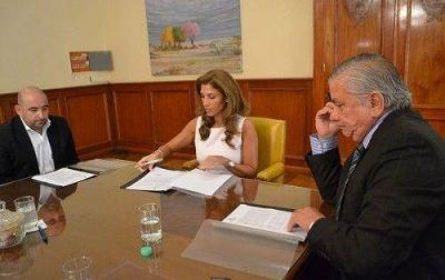 La Gobernadora firmó un convenio para fomentar y preservar el medio ambiente en la Ciudad Capital y en La Banda
