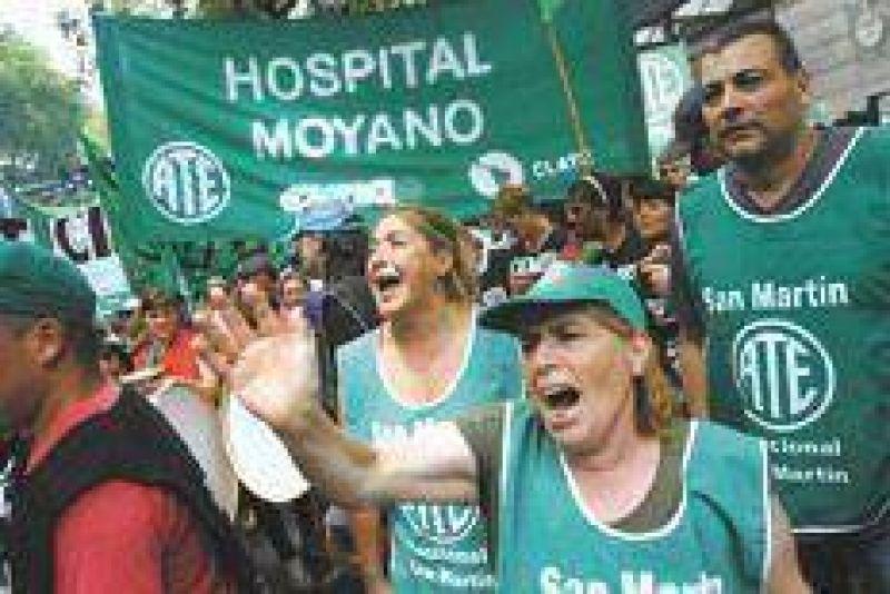Una protesta contra los despidos masivos