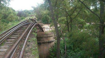 La crecida del río Vipos se llevó un pilar del puente ferroviario Belgrano