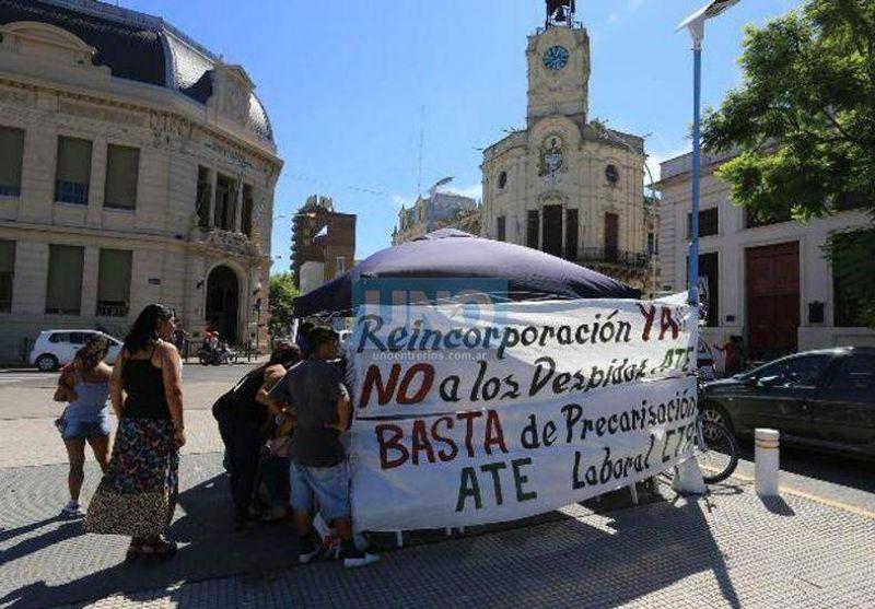 Instalaron una carpa frente al municipio para pedir la continuidad de 90 contratos