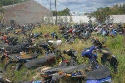 El Corralón Municipal, abarrotado de motos tapadas con maleza
