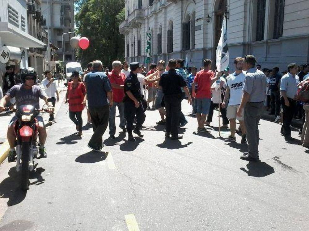 La marcha de los estatales terminó con incidentes a causa de la interna sindical