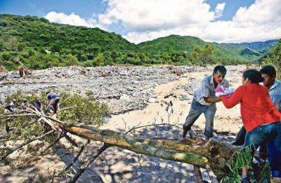 Sin puente, los vecinos cruzan por un riesgoso paso sobre el río Gonzalo