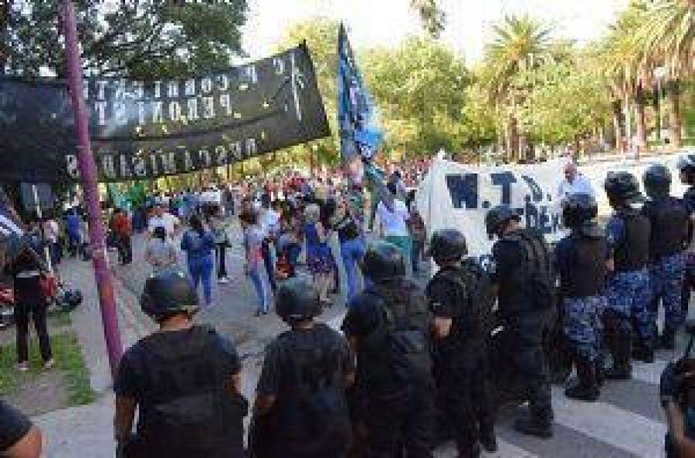 Masiva movilización de trabajadores y desocupados contra los ajustes de Mauricio Macri