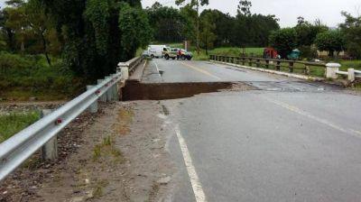 Un puente inhbilitado por el desborde del río Chirimayo, en Alpachiri