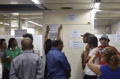 El ministro de Agroindustria ech� a la mitad de la planta temporaria y crecen las protestas