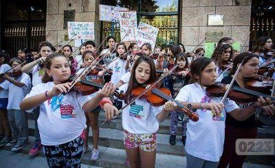 Orquesta infanto juvenil: separan al director por malos tratos y los padres marchan en su apoyo
