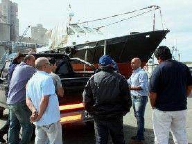 Pesca: reunión en el puerto con estibadores locales