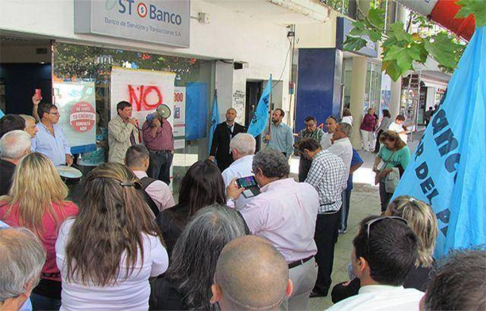 Protesta de Bancarios ante la amenaza de cierre del Banco de Servicios y Transacciones