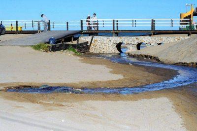 Villa Gesell: cloacas colapsadas por falta de obras, desbordan hasta el mar