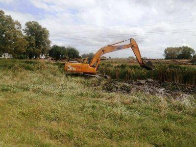 Importante trabajo de limpieza en el canal paralelo a la Ruta 205 y otros sectores