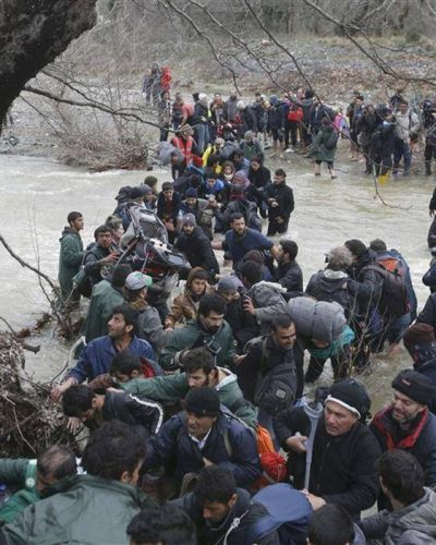 Desesperados, los migrantes se juegan la vida en un río helado