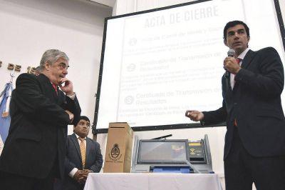 Urtubey presentó el sistema de boleta única electrónica que, con éxito, se instrumenta en Salta