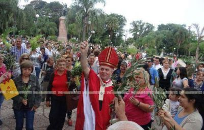 Una multitud de feligreses participó de la misa de Domingo de Ramos en la plaza central