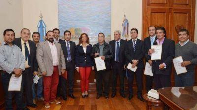 La gobernadora entregó camiones volcadores a localidades del interior