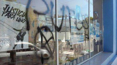 Desconocidos hicieron pintadas en el frente del local de La Cámpora