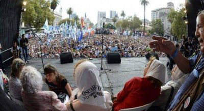 El peronismo desbordó la Plaza y apuntó a Macri: