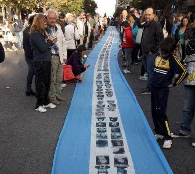 Una multitud se congregó en la Plaza San Martín para conmemorar los 40 años del Golpe