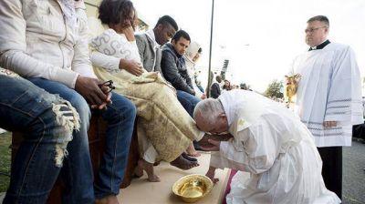 El papa Francisco les lavó los pies a refugiados de diferentes religiones