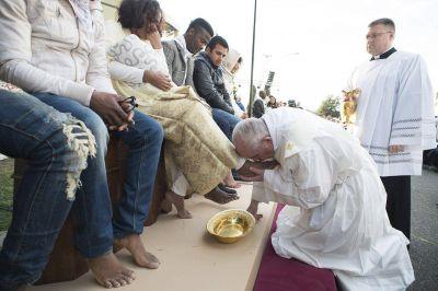 Fotos: el papa Francisco lavó los pies a 12 refugiados